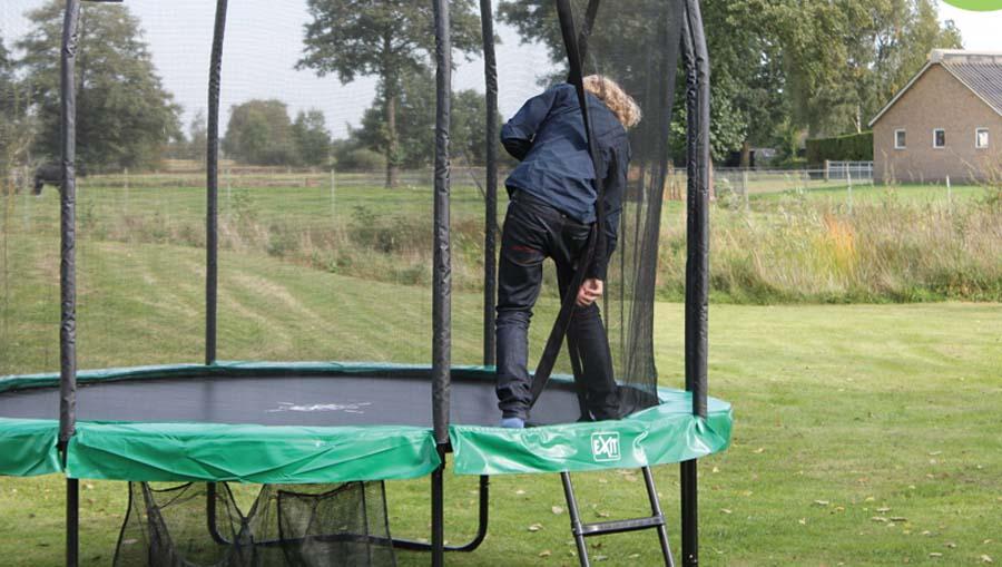 tikkaiden avulla trampoliinille nouseminen on helppoa lapsille